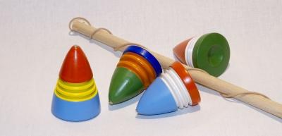 LI0506A-Peitschenkreisel 3farbig