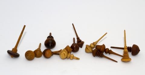 KS316 - sehr kleine Holzkreisel aus einer Kreiselsammlung