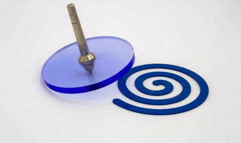 KV124_B - Acrylic magnetic spinning top clearance